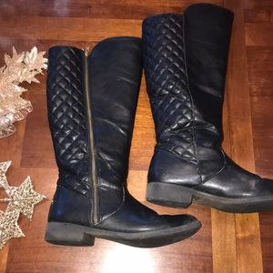 Black zip up synthetic quilted boots